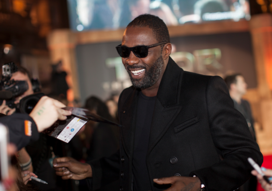 idris elba signing autographs at the Thor The Dark World London premiere