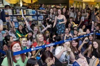 Tom Hiddleston signing autographs book store_Sydney_9.10.13-002
