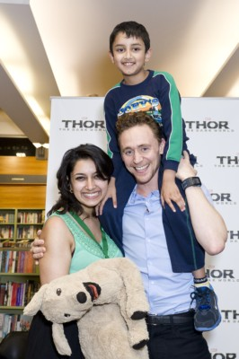 Tom Hiddleston signing autographs book store_Sydney_9.10.13-002