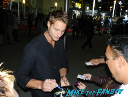 justin hartley signing autographs at the carrie movie premiere chloe grace moretz signing autographs 038