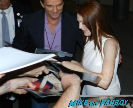 Julianne Moore signing autographs for fans at the carrie movie premiere chloe grace moretz signing autographs 043