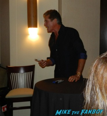 david hasselhoff signing autographs at the hollywood show julie newmar signing autographs catwoman barbie 039