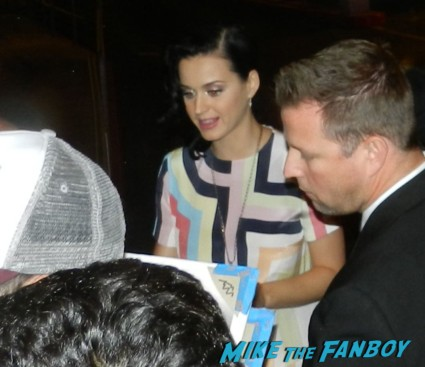 katy perry signing autographs meeting fans prism release day I h 001