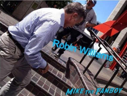 robin williams signing autographs for fans on the set of the crazy ones