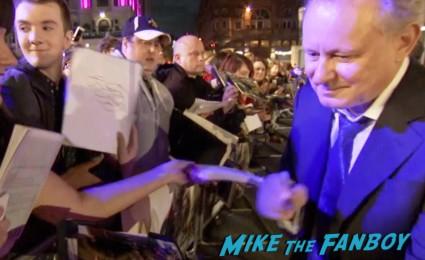 thor the dark world london movie premiere natalie portman signing autographs (27)