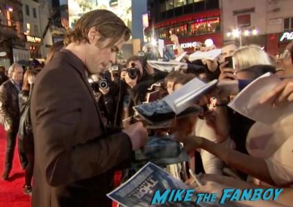 chris hemsworth signing autographs thor the dark world london movie premiere natalie portman signing autographs (23)
