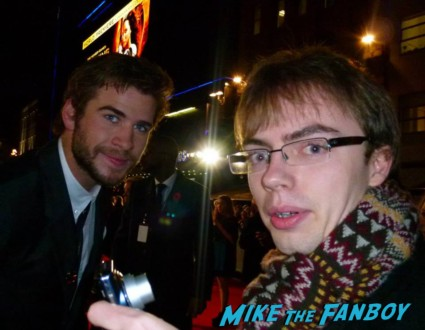liam hemsworth Signing autographs hunger games catching fire uk movie premiere