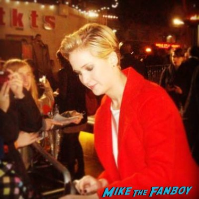 jennifer lawrence Signing autographs hunger games catching fire uk movie premiere