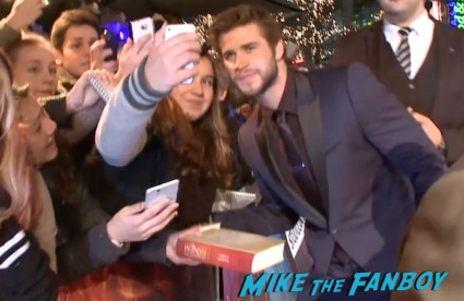 liam hemsworth signing autographs Hunger games catching fire berlin premiere jennifer lawrence signing autographs (7)