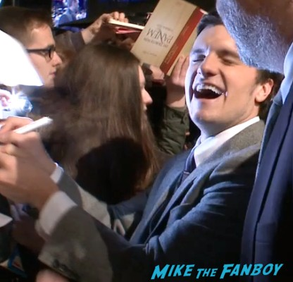Josh hutcherson signing autographs Hunger games catching fire berlin premiere jennifer lawrence signing autographs (7)