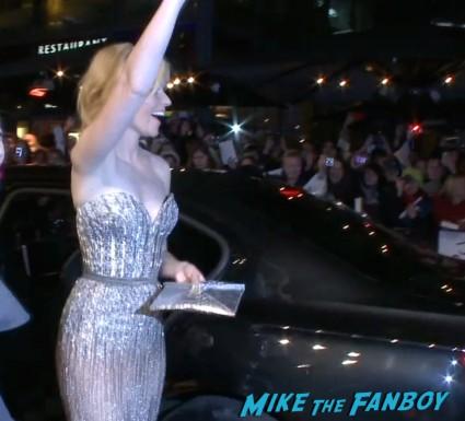 elizabeth banks at the Hunger games catching fire berlin premiere jennifer lawrence signing autographs (3)