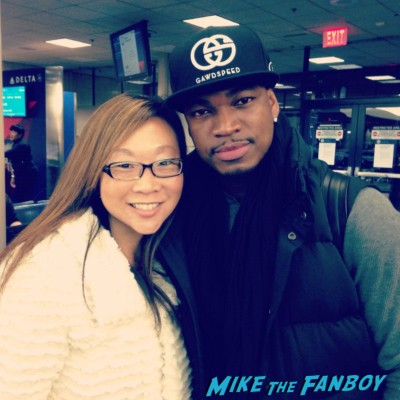 Ne-Yo fan photo signing autographs for fans