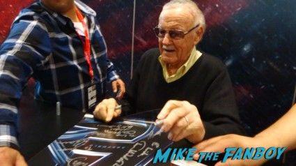 Stan Lee autograph signing Lola 3 NYCC 2013 loves you banner