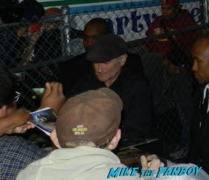 robin williams signing autographs brandon flowers signing autographs jimmy kimmel live 2013 012