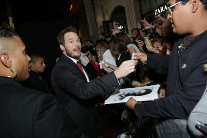chris pratt signing autographs delivery man movie premiere red carpet (25)