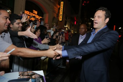 vince vaughn signing autographs delivery man movie premiere red carpet (6)
