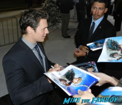 Jonathan Groff signing autographs frozen movie premiere los angeles red carpet 031