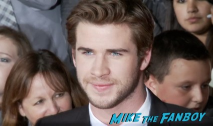 liam hemsworth signing autogaphs for fans  hunger games catching fire los angeles premiere jennifer lawrence josh hutcherson (25)