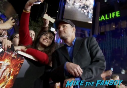 woody harrelson signing autogaphs for fans  hunger games catching fire los angeles premiere jennifer lawrence josh hutcherson (25)