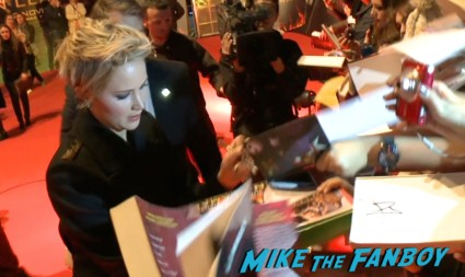 jennifer lawrence signing autogaphs hunger games catching fire madrid spain red carpet jennifer lawrence (4)