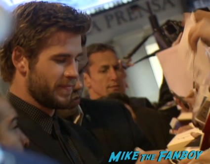 Liam Hemsworth signing autogaphs hunger games catching fire madrid spain red carpet jennifer lawrence (4)
