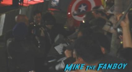 jamie alexander signing autographs thor dark world movie premiere red carpet chris hemsworth 012