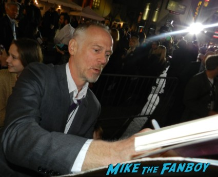 alan taylor signing autographs at the thor dark world movie premiere red carpet chris hemsworth 015