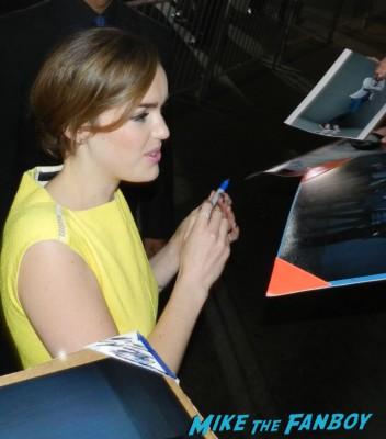 clark gregg  signing autographs at the thor dark world movie premiere red carpet chris hemsworth 015