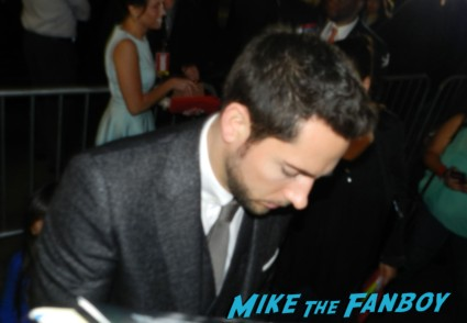 zachary levi signing autographs thor dark world movie premiere red carpet chris hemsworth 021