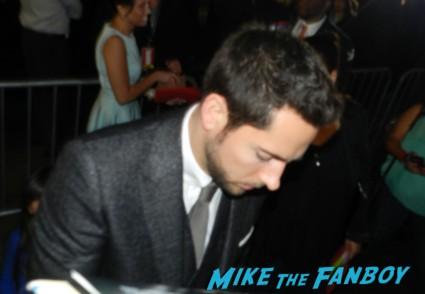 zachary levi signing autographs thor dark world movie premiere red carpet chris hemsworth 021