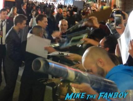 tom hiddleston signing autographs thor dark world movie premiere red carpet chris hemsworth 021