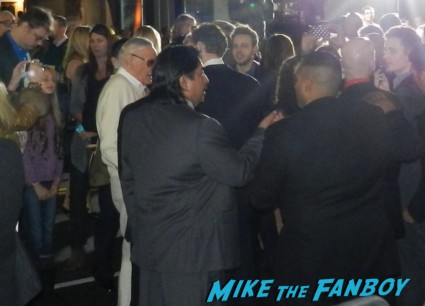 stan lee signing autographs thor dark world movie premiere red carpet chris hemsworth 021