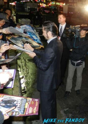 Tadanobu Asano signing autographs thor dark world movie premiere red carpet chris hemsworth 037