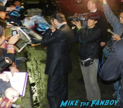Tadanobu Asano signing autographs thor dark world movie premiere red carpet chris hemsworth 037