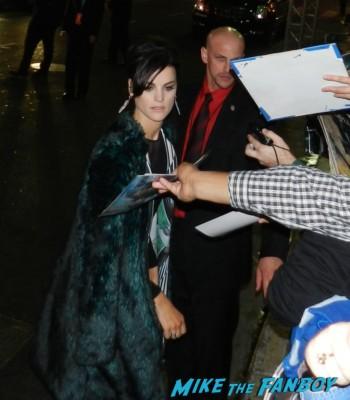 jamie alexander signing autographs at the thor dark world movie premiere red carpet chris hemsworth 039