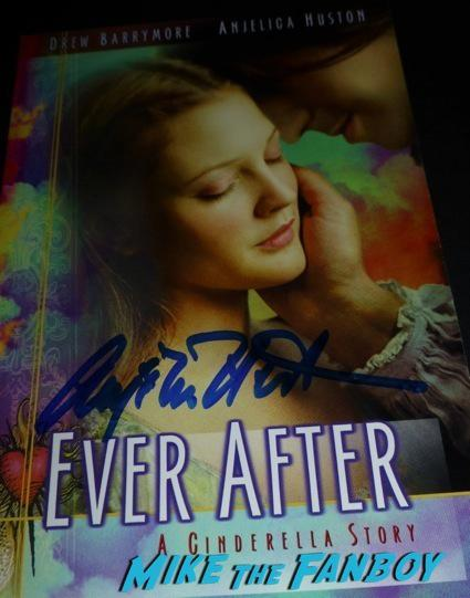 Anjelica Huston Signing Autographs meeting fans hot1