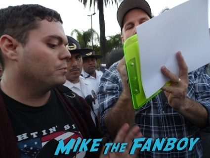 Garth Brooks signing autographs extra hollywood 4