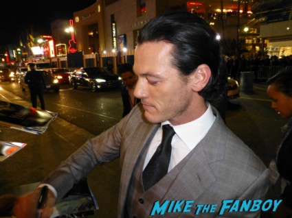 luke evans hot signing autographs the hobbit smaug movie premiere los angeles signing autographs 020