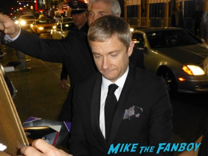 martin freeman signing autographs for fans at the hobbit smaug movie premiere los angeles signing autographs 023