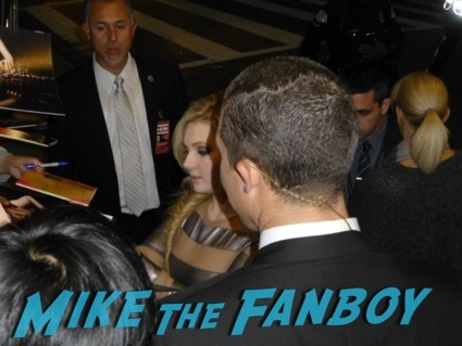 abigail breslin signing autographs august osage county los angeles premiere julia roberts2