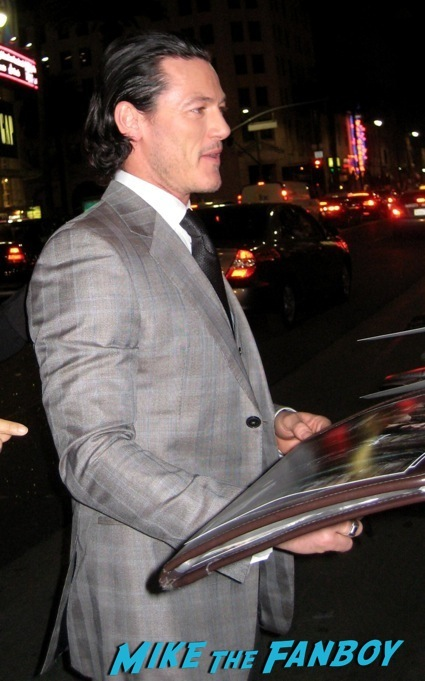 luke evans signing autographs the hobbit desolation of smaug world premiere red carpet13