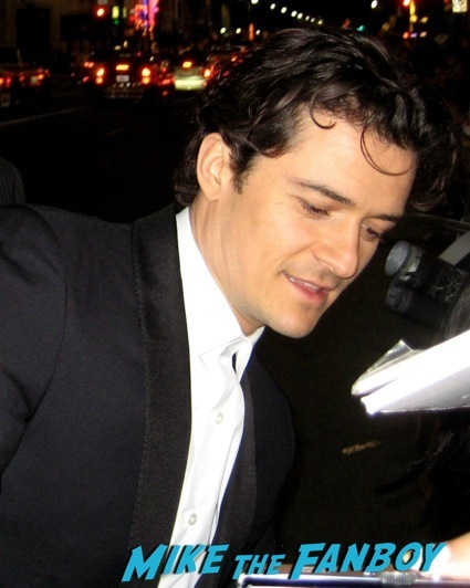 orlando bloom signing autographs the hobbit desolation of smaug world premiere red carpet27