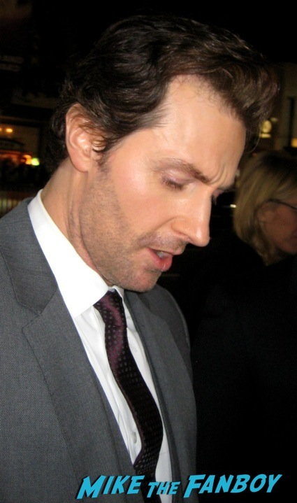 Richard Armitage signing autographs the hobbit desolation of smaug world premiere red carpet27