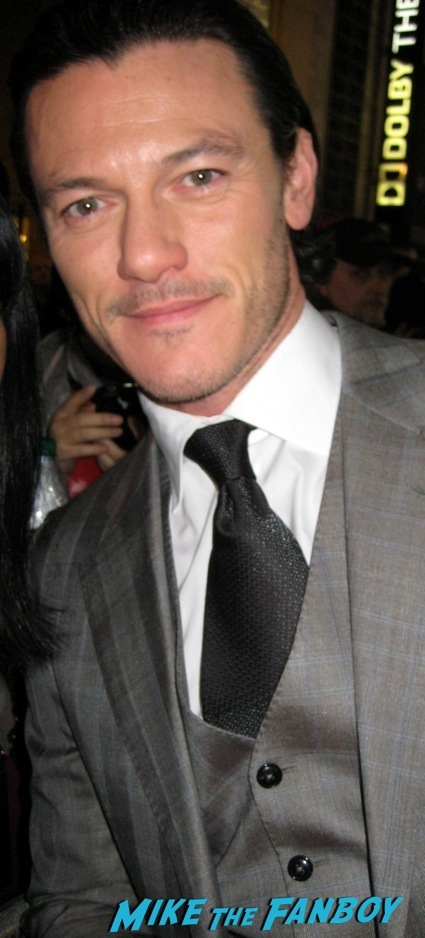 luke evans signing autographs the hobbit desolation of smaug world premiere red carpet27