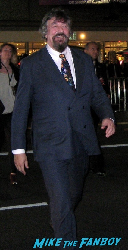 stephen fry signing autographs the hobbit desolation of smaug world premiere red carpet27