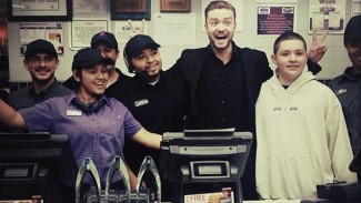 justin timberlake at taco bell after people's choice awards