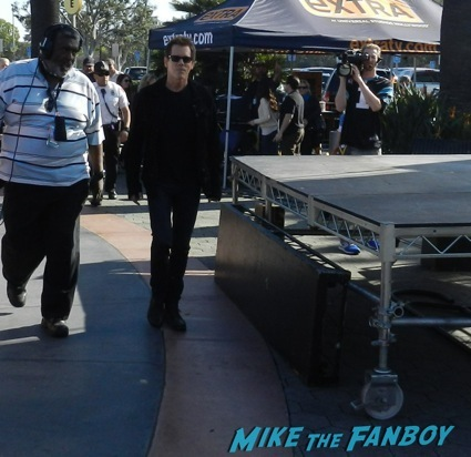 Kevin Bacon signing autographs extra universal studios 1