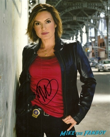Mariska Hargitay walk of fame star ceremony signing autographs 4