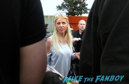 tara reid signing autographs celebrity autograph signing7