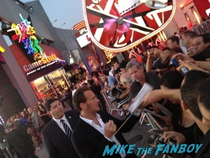 patrick wilson signing autographs insidious 2 movie premiere autograph signing 27